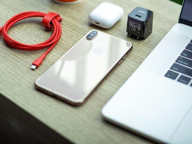 Smartphones sans chargeur : une approche que prévoient Apple et Samsung